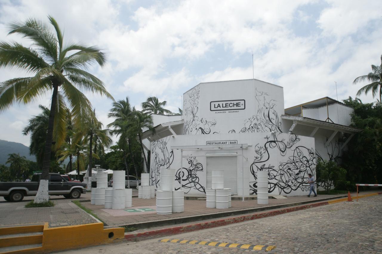 """El restaurante """"La leche"""", en la zona turística y de lujo de Puerto Vallarta, fue el escenario del secuestro de varoas personas. (AP/David Diaz)"""