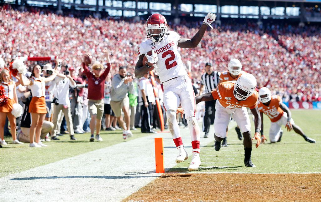 Oklahoma Sooners wide receiver CeeDee Lamb (2) scores a touchdown at the Cotton Bowl in Dallas on Saturday, October 12, 2019.