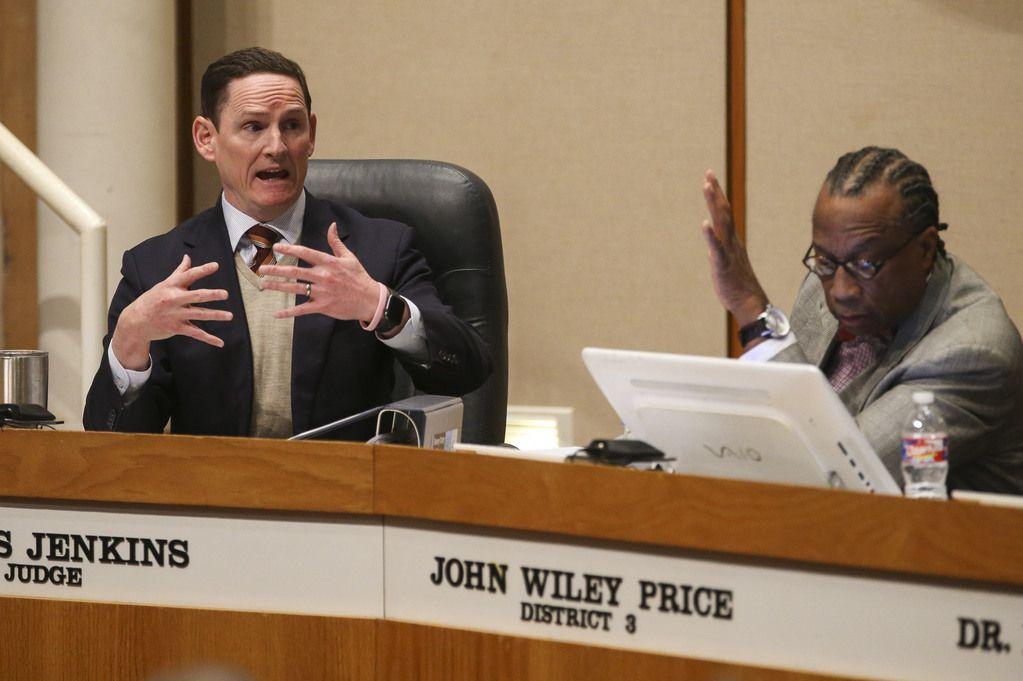 El juez del condado, Clay Jenkins, discute con el comisionado John Wiley Price, sobre un alza salarial que al final fue rechazada.
