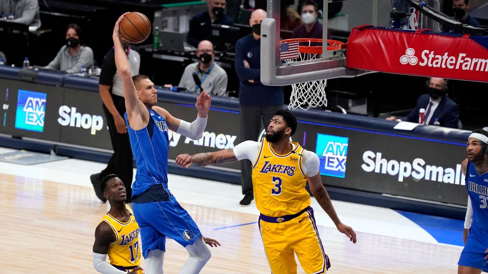 El jugador de los Mavericks de Dallas, Kristaps Porzingis, encesta en el juego ante los Lakers de Los Ángeles, el 22 de abril de 2021 en el American Airlines Center de Dallas.