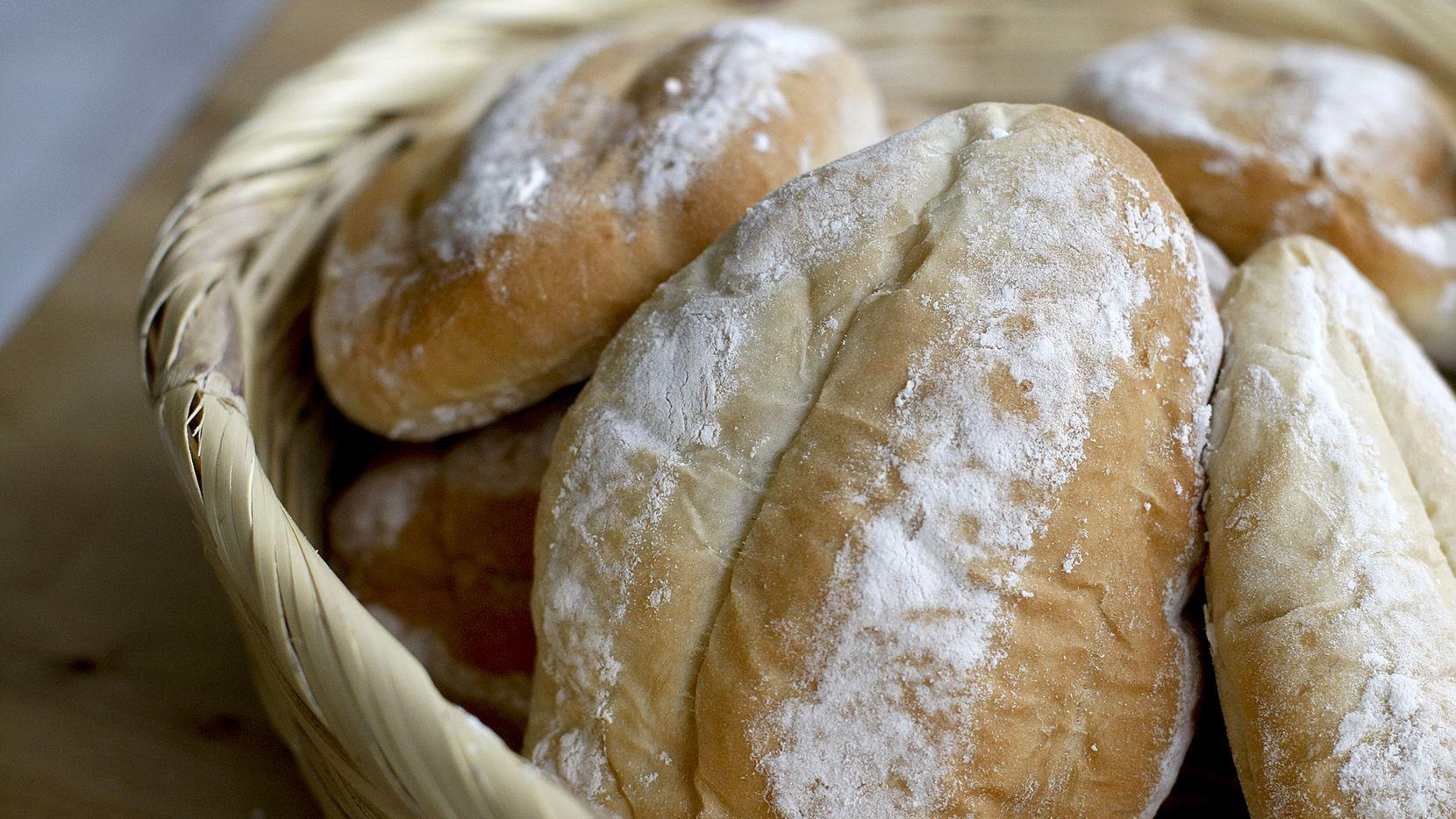 La creencia popular en México dice que comer pan bolillo ayuda a que el organismo se reponga de un susto.