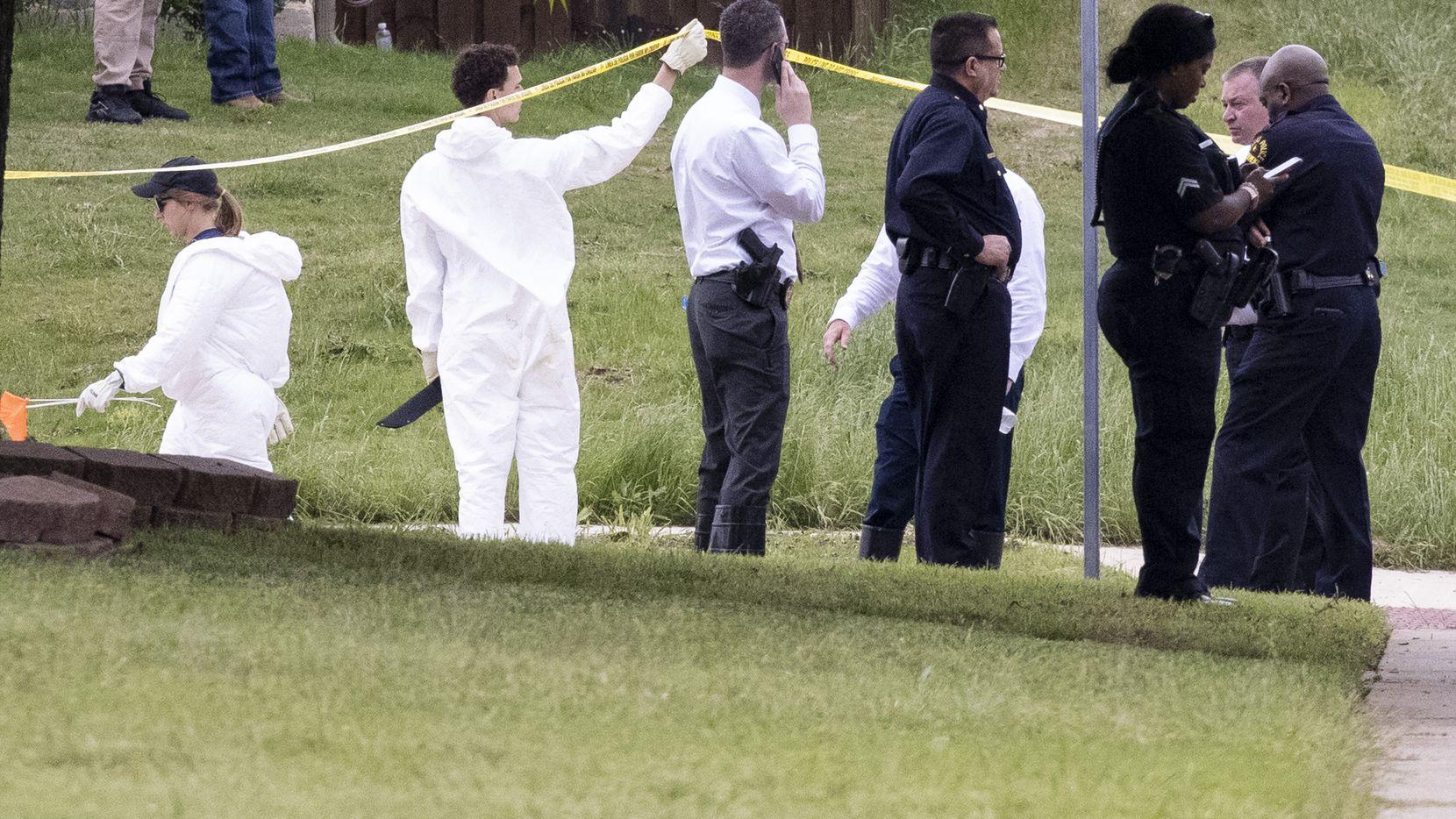 Agentes del FBI y de la Policía acordonan el lugar donde se encontró a un niño de unos 4 años muerto en Mountain Creek, al suroeste de Dallas.