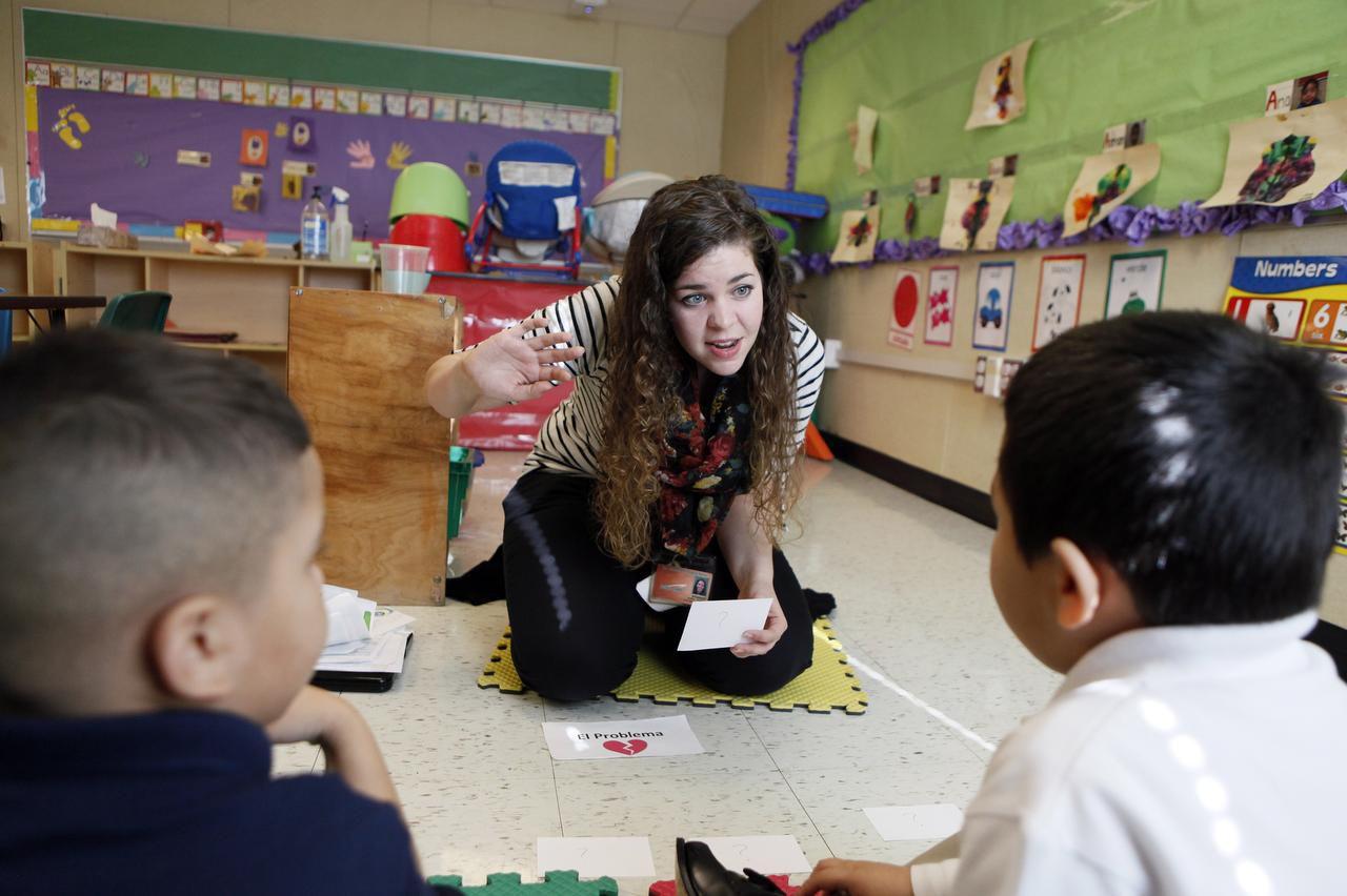 Kaitlyn Purinton, del programa de UTD, trabaja con estudiantes de prekínder en una clase de la primaria Maple Lawn, en Dallas. (ESPECIAL PARA AL DÍA/BEN TORRES)