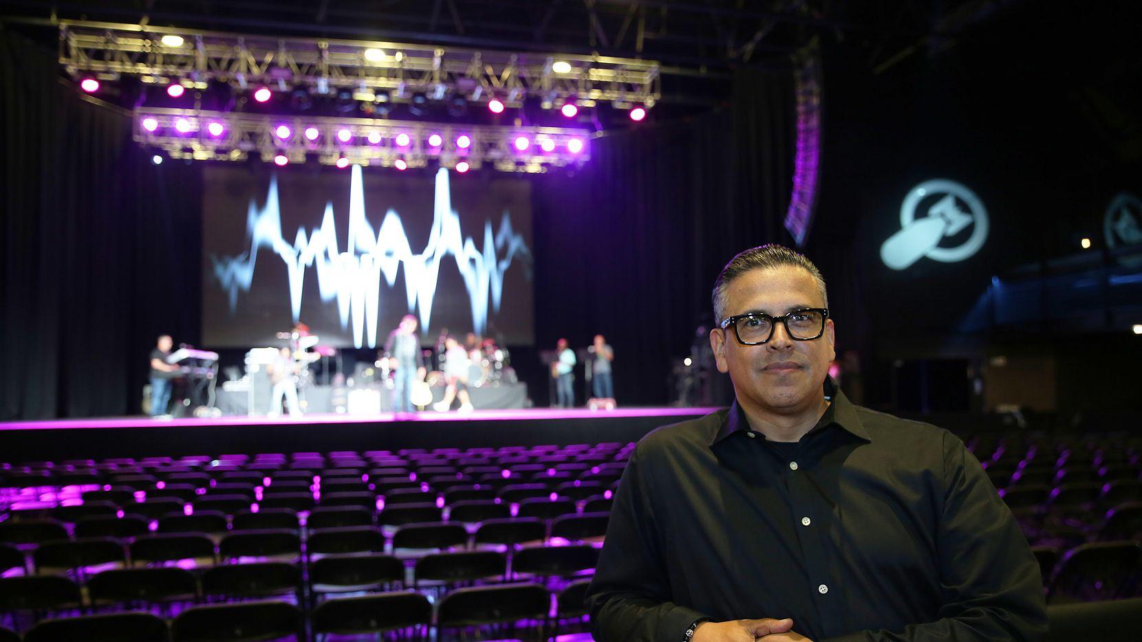 El empresario Julio Esparza durante las pruebas de sonido para el concierto de Olga Tañón el jueves en The Bomb Factory en Dallas.(Omar Vega)
