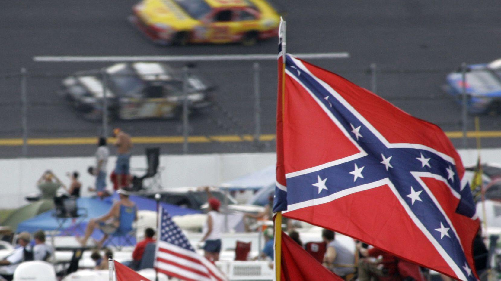 La bandera confederada ondea en una carrera de la categoría NASCAR en el Talladega Superspeedway de Alabama, el 7 de octubre de 2007.