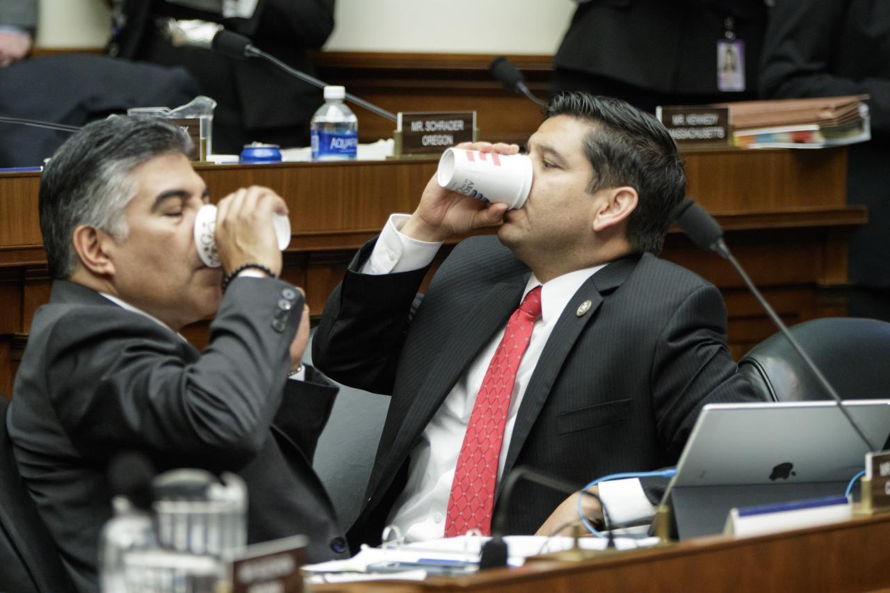Mienbros del comité de Energía y Comercio, Tony Cárdenas (izq), y Raúl Ruiz (ambos demócratas, se toman una pausa meintras que el comité discute los detalles del reemplazo republicano de Obamacare, la noche del jueves, marzo 9 2017 en el Capitolio. (AP/J. SCOTT APPLEWHITE)