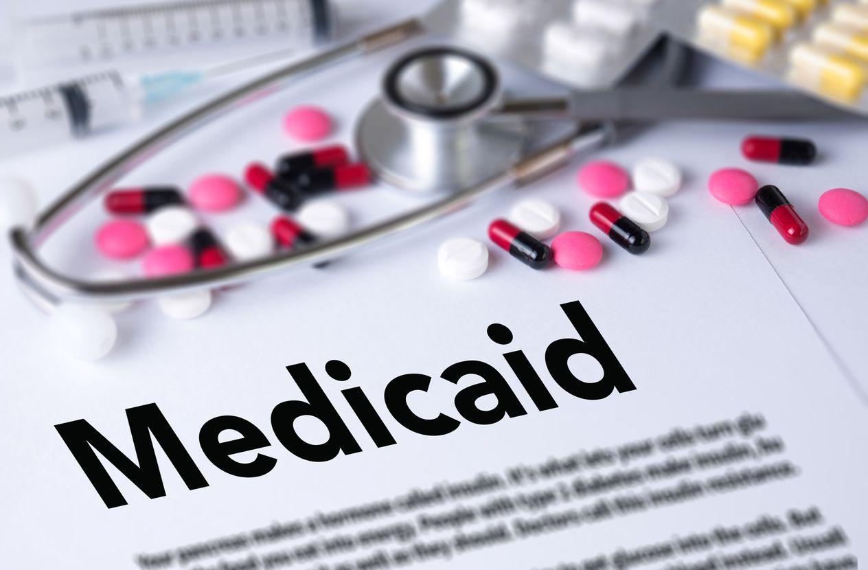 Cobertura médica a través del programa federal Medicaid.
