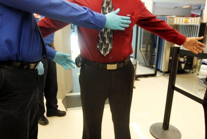 Chequeos de TSA en aeropuertos exponen a diario a pasajeros y agentes a coronavirus.