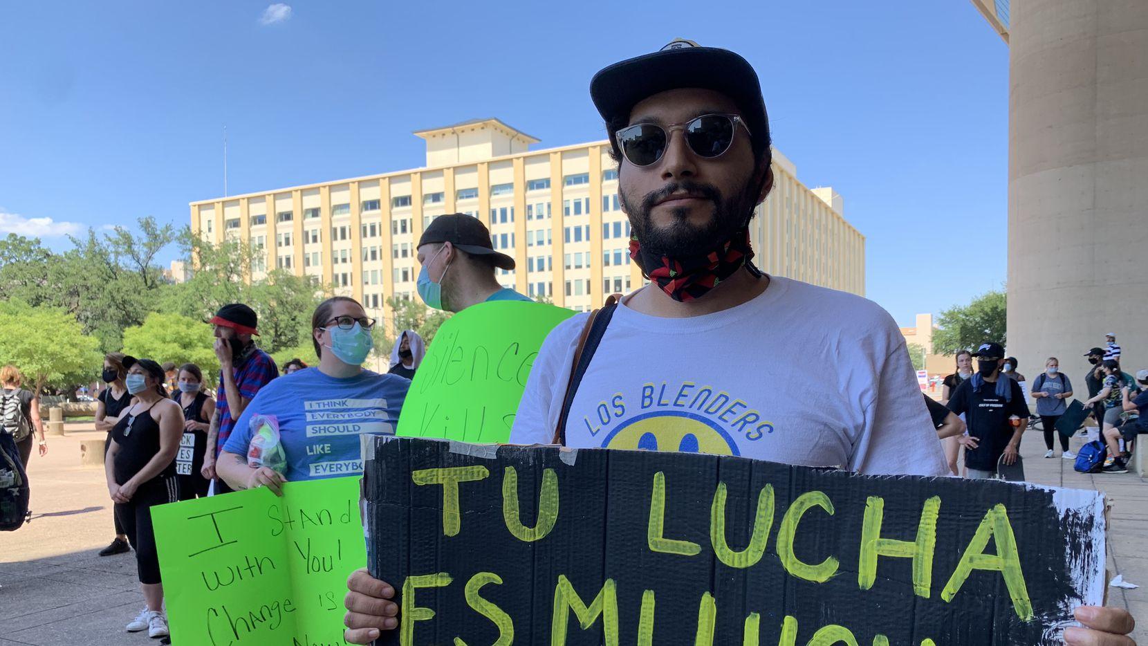 En esta fotografía de archivo del 4 de junio de 2020 en Dallas, Texas, se ve a Héctor Andrés Maldonado, 24, quien dijo en una manifestación del movimiento Black Lives Matter que no solo luchan por solidaridad con la comunidad afroamericana, sino también para defender los derechos de los hispanos.