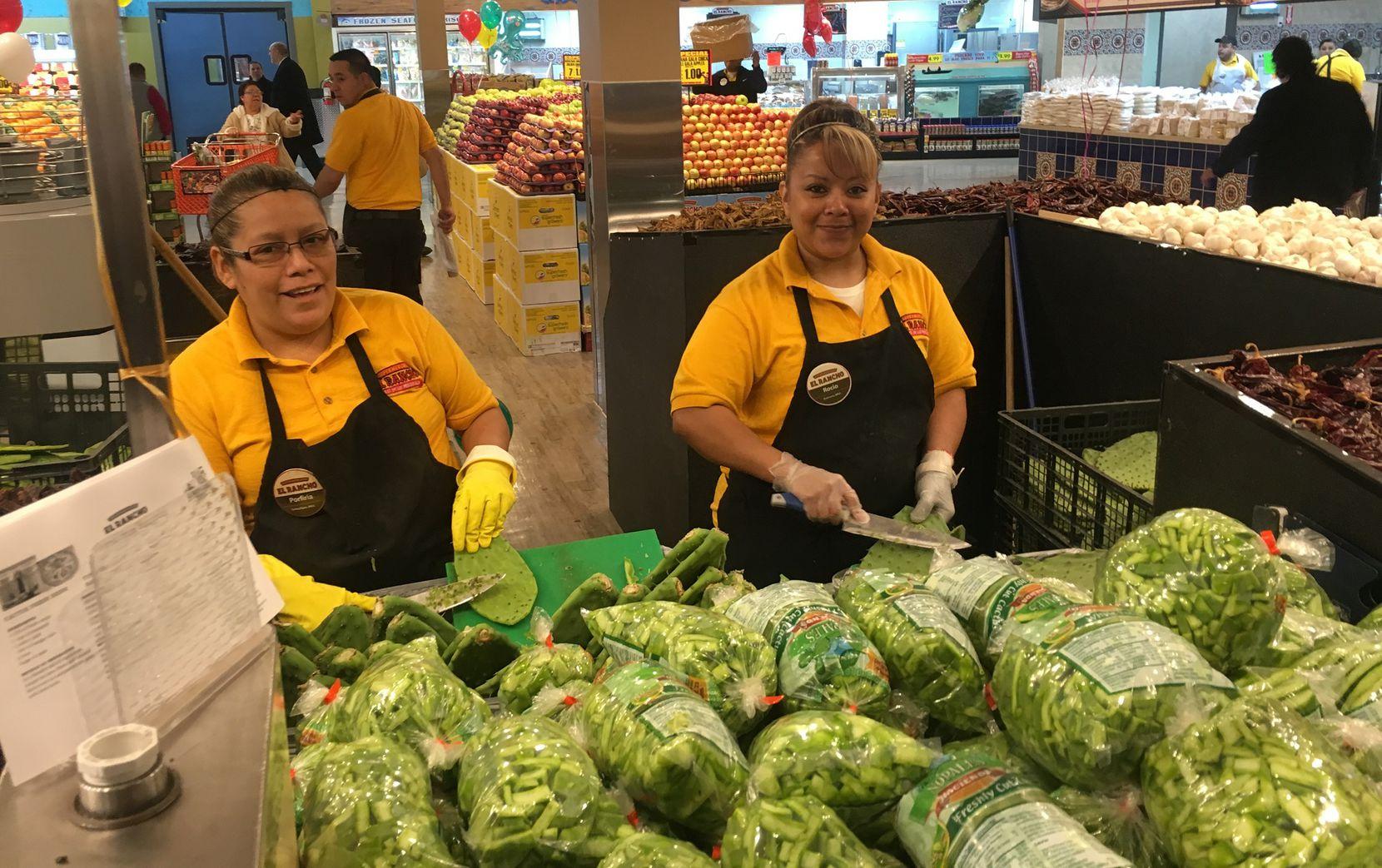 Porfiria Hernández y Rocío Ortiz, dos empleados del supermercado de Pleasant Grove (KARINA RAMÍREZ/AL DÍA)