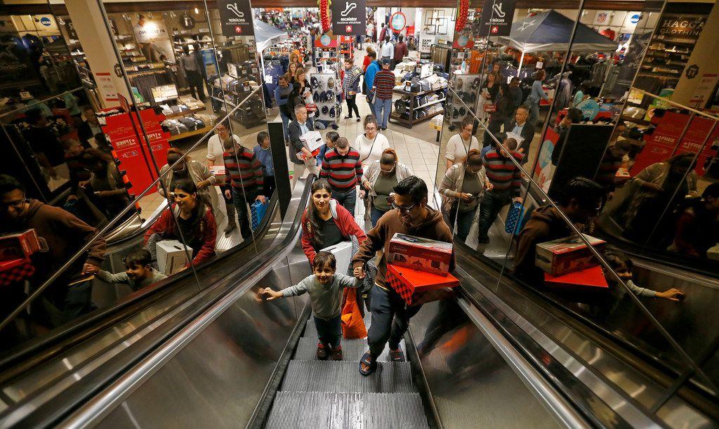 Puneet Dua (der.), junta a su esposa Richa y su hijo Mansh realizan comprar en el Collin Creek Mall, en Plano. Esta ciudad está entre las 10 mejores urbes para encontar empleo.