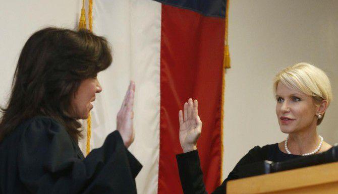 La jueza Molly Francis (izq.) toma el juramento a Susan Hawk, la nueva fiscal de distrito del condado de Dallas, apenas hace ocho meses. Hawk se ha ausentado del cargo y se especula que podría no regresar. (DMN/MICHAEL AINSWORTH)