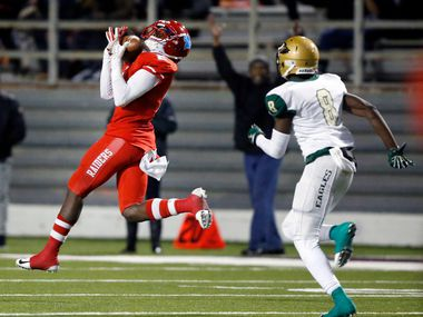Skyline wide receiver Quaydarius Davis catches a long touchdown pass against DeSoto on November 16, 2018. (Tom Fox/The Dallas Morning News)
