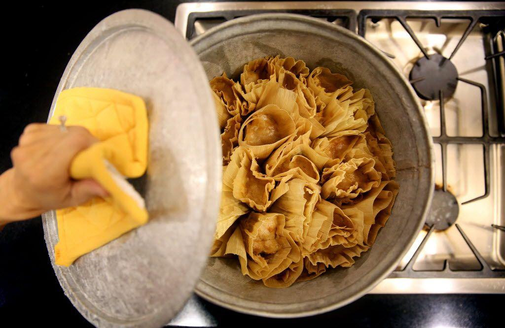 Tamalera is a pot that steams tamales.