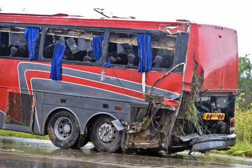El autobús chárter es retirado de la carretera luego de volcarse cerca de Laredo. En el accidente murieron al menos 8 personas.