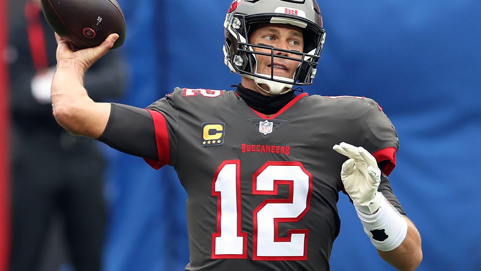 El mariscal de los Buccaneers de Tampa Bay, Tom Brady, lanza un pase contra los Falcons de Atlanta, el 3 de enero de 2021 en Tampa Bay.