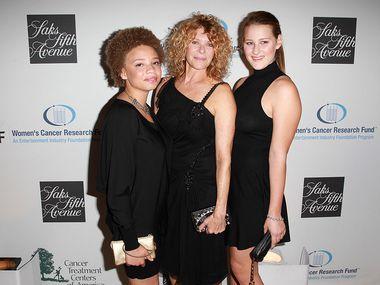 Foto de 2013 donde se ve a la esposa de Stephen Spielberg en el centro, la actriz Kate Capshaw, junto a sus hijas Mikaela George Spielberg (izquierda) y Destry Allyn Spielberg. Mikaela confesó que le gusta hacer pornografía.