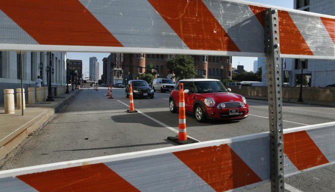 El viaducto de Houston Street, que une el centro con Oak Cliff, permanecerá cerrado hasta junio. (DMN/EVANS CAGLAGE)