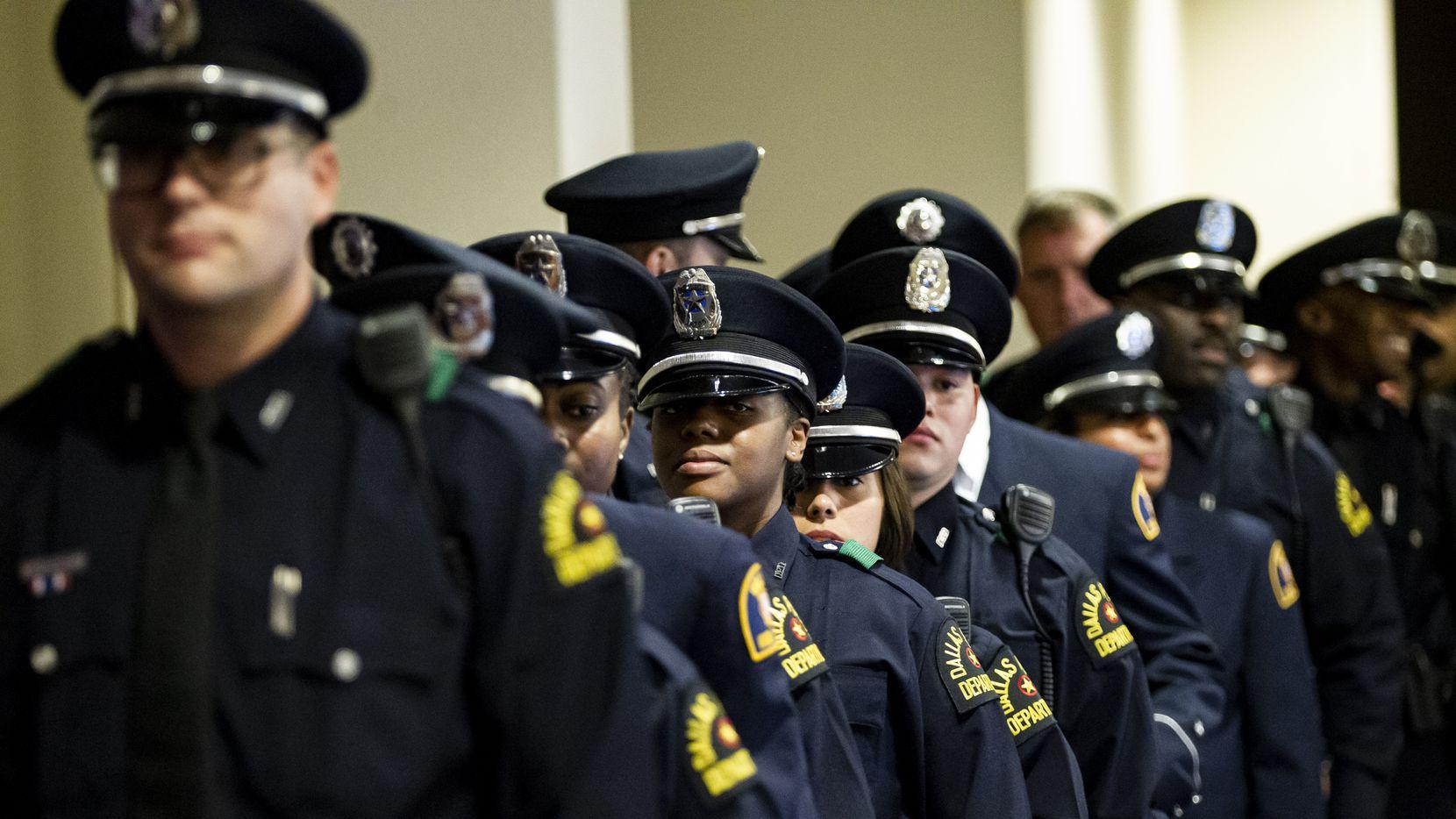 Un grupo de policías durante una ceremonia de graduación a principios de año. El DPD se prepara para una reducción de personal debido al coronavirus.