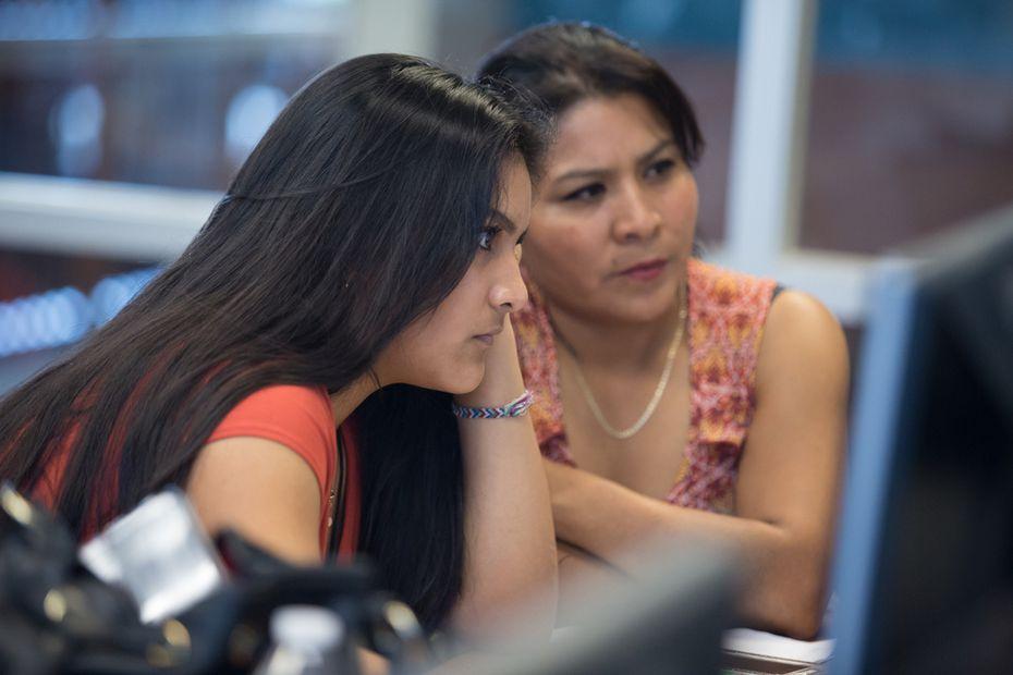 Alexandra Uribe y su madre, María Rodríguez, completan uno de los formularios del programa Dallas County Promise, que ofrece colegiatura sin costo a estudiantes del área.