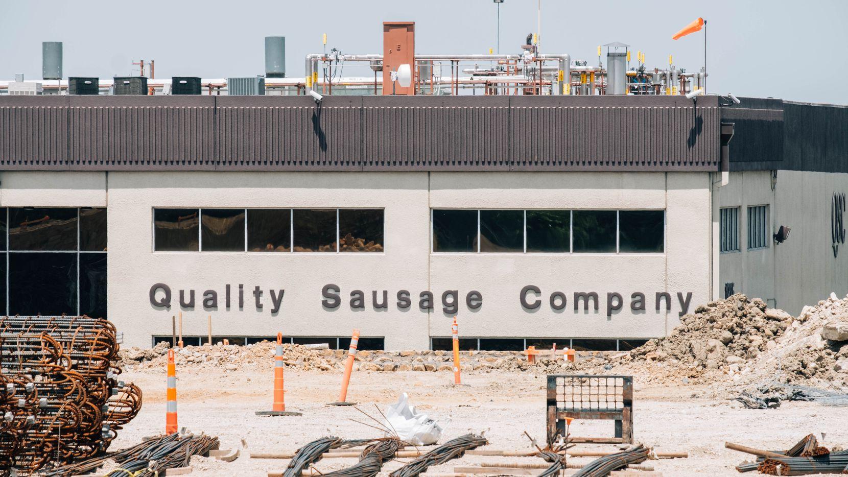 Al principio de la pandemia la empacadora de carne Quality Sausage tuvo varios casos de covid-19 y ahora enfrenta demandas por la muerte de tres trabajadores.