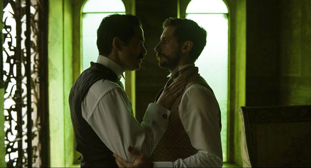 """En esta imagen difundida por Netflix, Alfonso Herrera, izquierda, y Emiliano Zurita en una escena de """"El baile de los 41"""", que se estrena el 12 de mayo en el servicio de streaming."""
