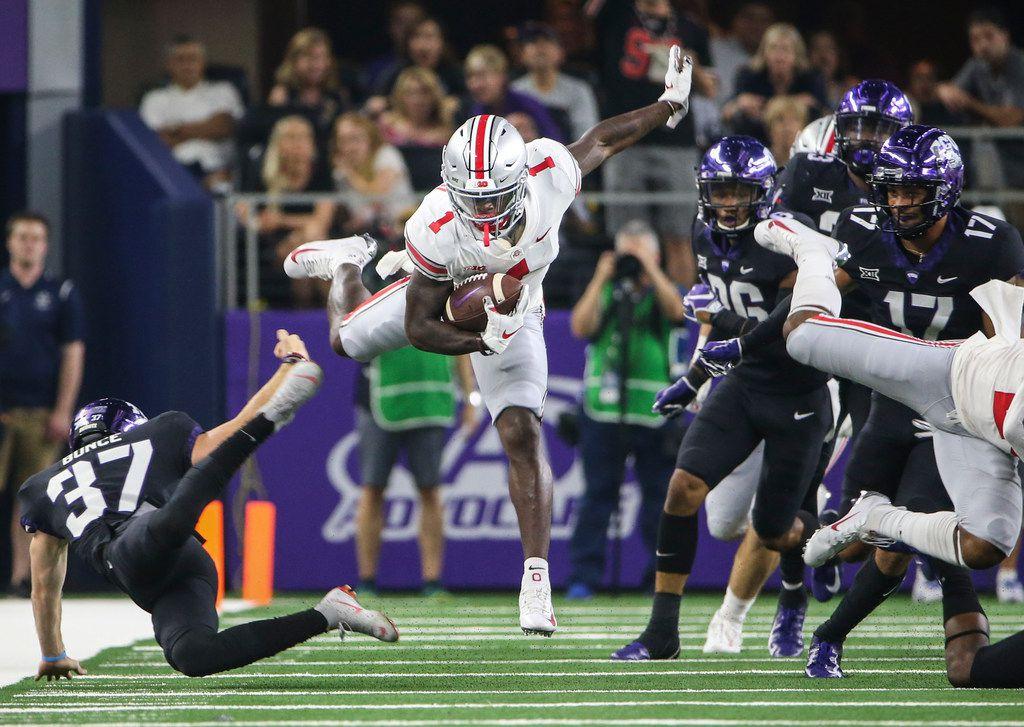EL receptor de Ohio State, Johnnie Dixon, captura un pase entre varios defensivos de TCU en un  juego efectuado en el AT&T Stadium, el 15 de septiembre de 2018.