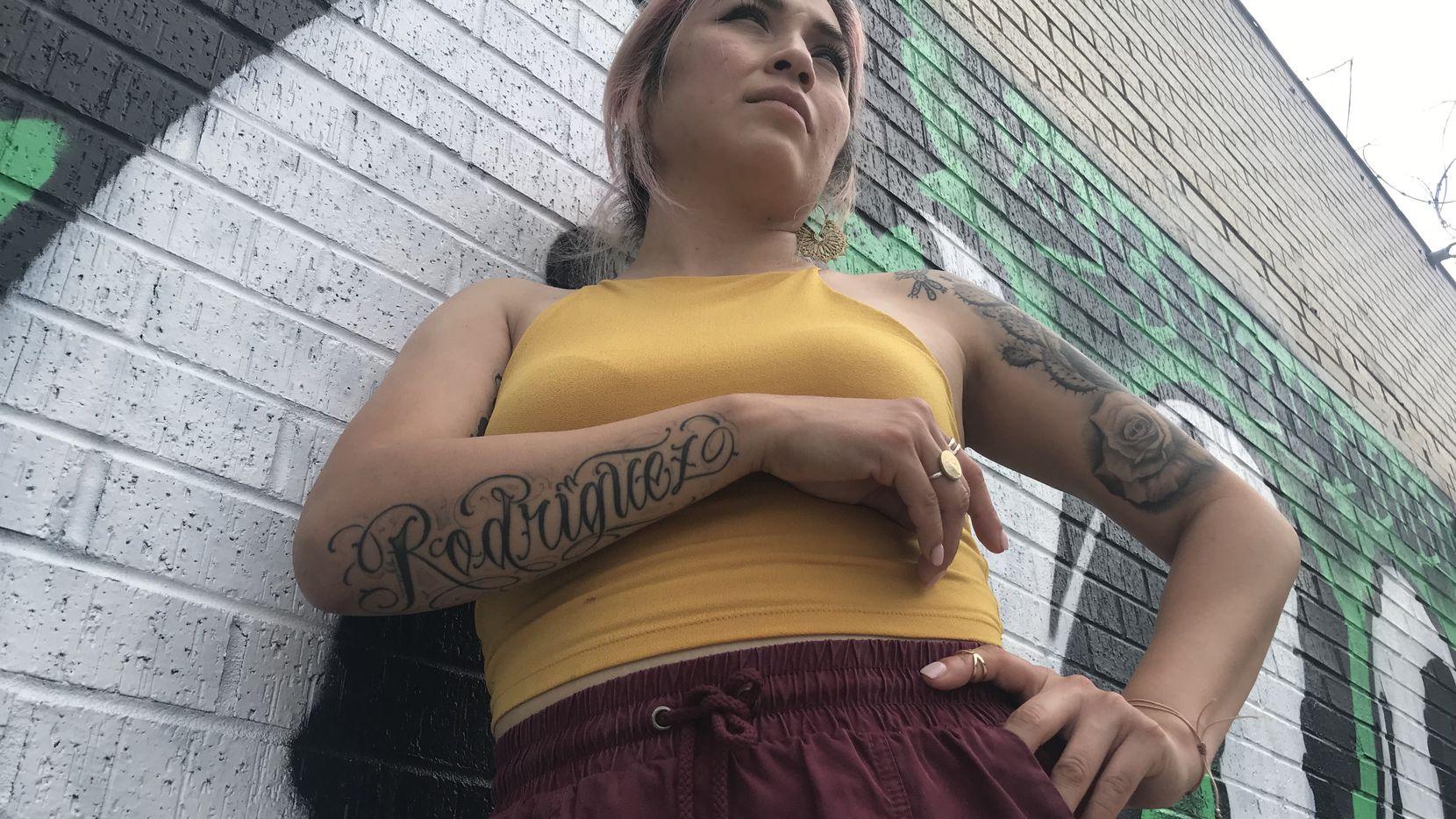 Betty Rodríguez, de 31 años de edad, se tatuó su apellido, y nopales, rosas y un gallo que le recuerdan sus visitas a Zacatecas cuando era niña.