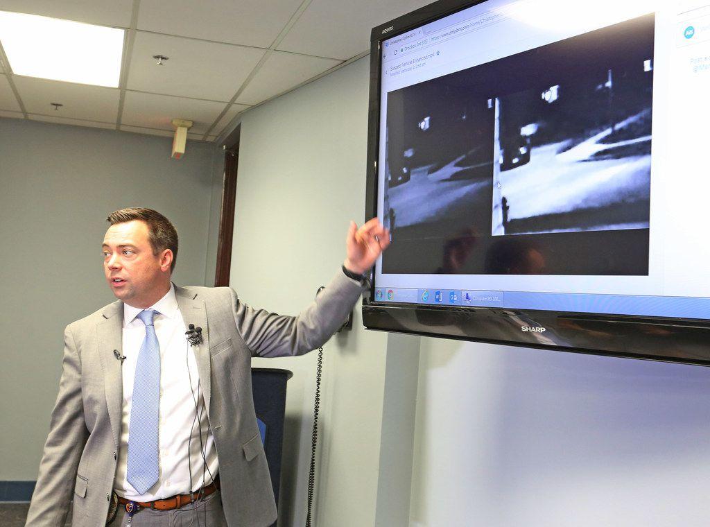 Foto de archivo de 2018 del detective Aaron Benzick, explicando la investigación que llevaba a cabo entonces para dar con los asesinos de Christopher Collinvitti en su casa de Plano.