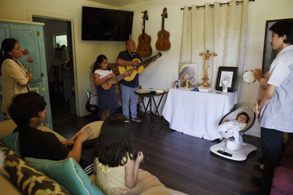 César Piña (con la guitarra) sostiene su hogar donde hoy viven 10 personas. Es uno de los cientos de habitantes de Dallas que fueron afectados por el golpe económico de la pandemia de coronavirus.