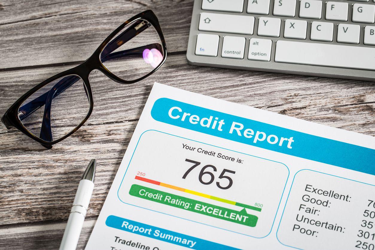 Un documento con el reporte de crédito de una persona.
