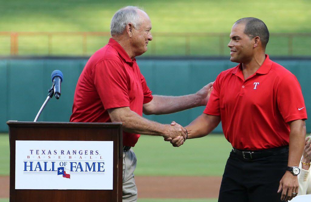 """Iván """"Pudge"""" Rodriguez y Nolan Ryan serán honrados de alguna manera en el nuevo Globe Life Field. La dirección lleva los números que portaron durante su tiempo como peloteros de los Texas Rangers."""