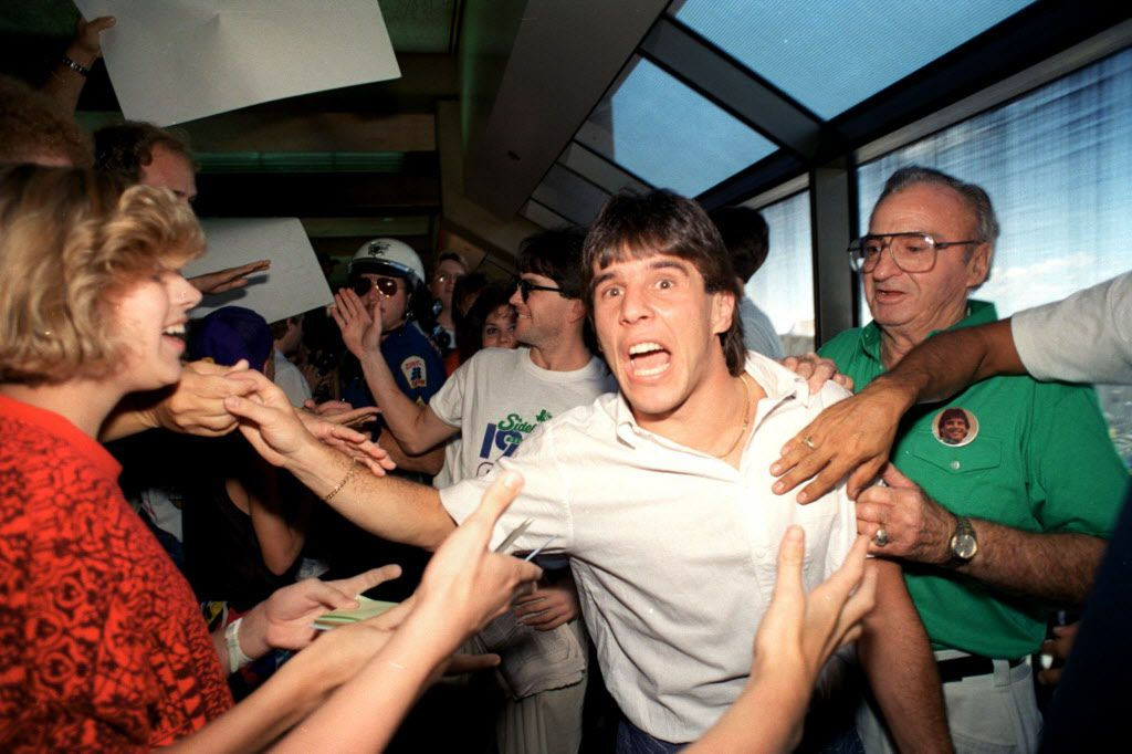 Fans greet Tatu as he and the Dallas Sidekicks team arrive at D/FW after their 1987 MISL title. (DMN File)