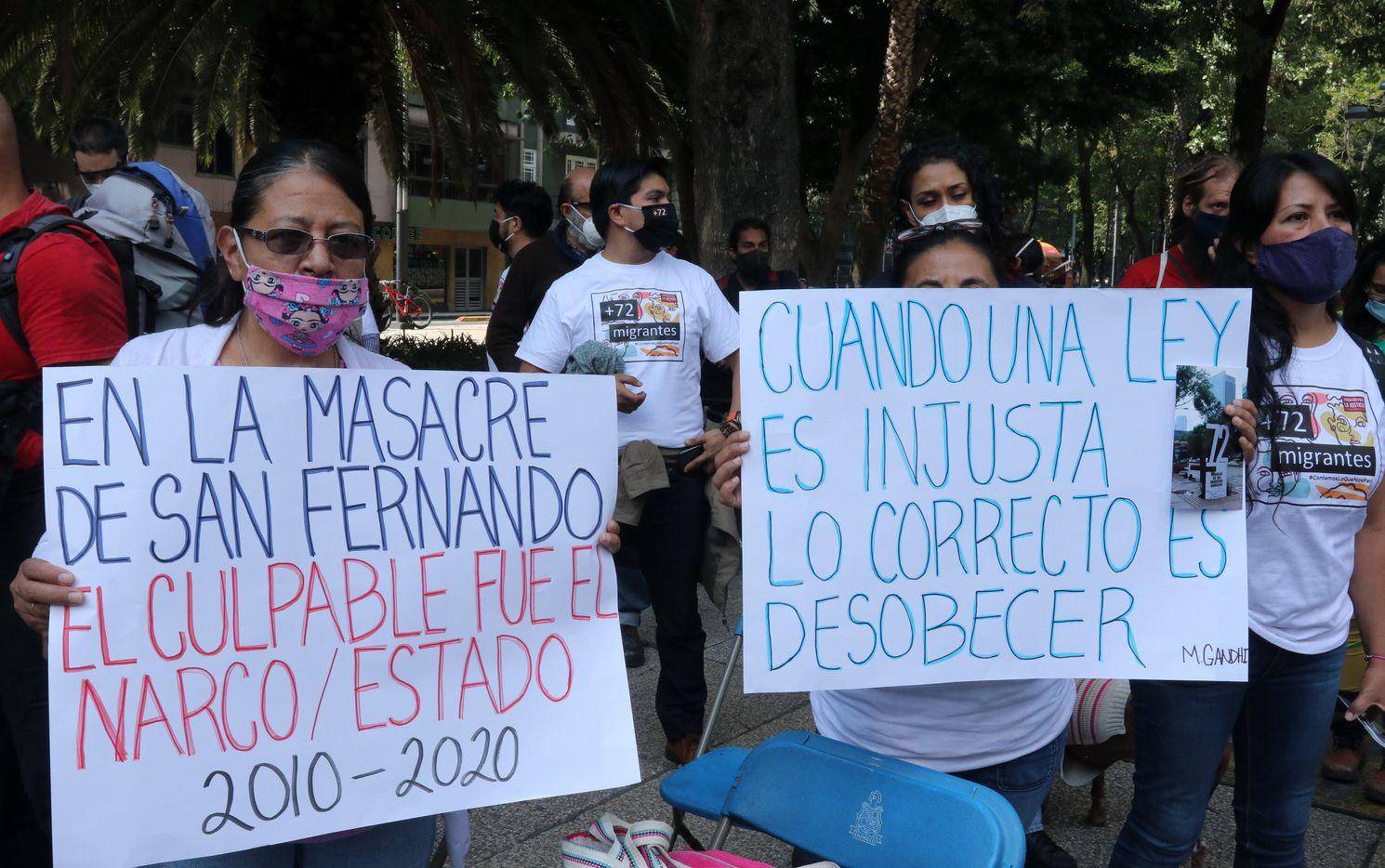 Personas protestaron en la Ciudad de México por el 10 aniversario de la masacre de San Fernando, Tamaulipas, en la cual 72 migrantes fueron asesinados.