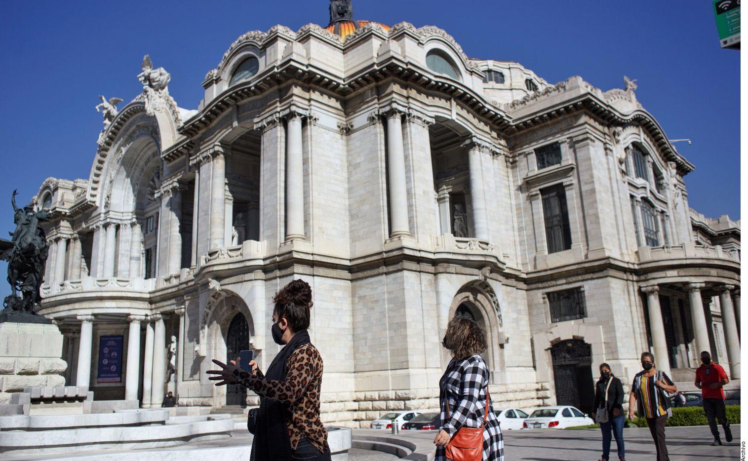 Un individuo pintó un graffiti en el exterior del Palacio de Bellas Artes de la Ciudad de México.