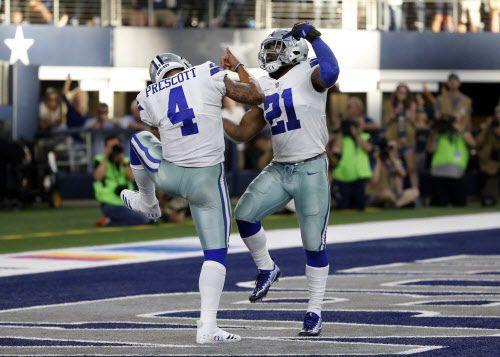 Dak Prescott (4) y Ezekiel Elliott (21) son dos jugadores claves de los Dallas Cowboys. Prescott no podrá contar con 'Zeke` tras imponérsele una suspensión de seis juegos. Foto AP