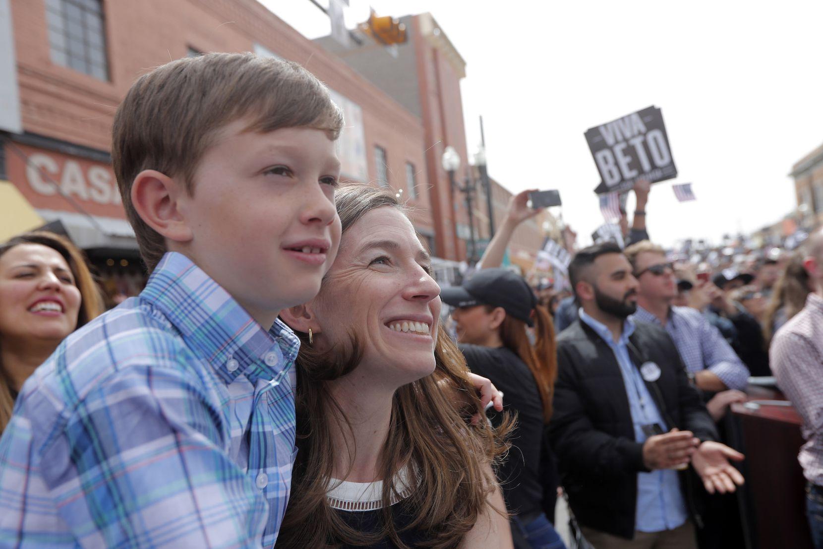 Amy O'Rourke, esposa del candidato demócrata a la presidencia Beto O'Rourke y su hijo Henry de 8 años. (AP Photo/Gerald Herbert)