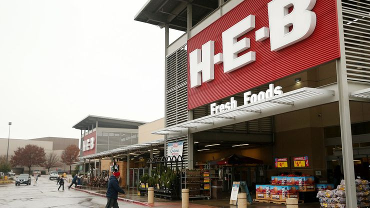 The H-E-B grocery store along U.S. Highway 77 in Waxahachie. H-E-B opened a store in Hudson Oaks, about 20 miles west of downtown Fort Worth, in 2019. In addition to those two, other existing H-E-B stores circling the south and west of D-FW are in Burleson, Granbury, Cleburne, Ennis, Stephenville and Corsicana.