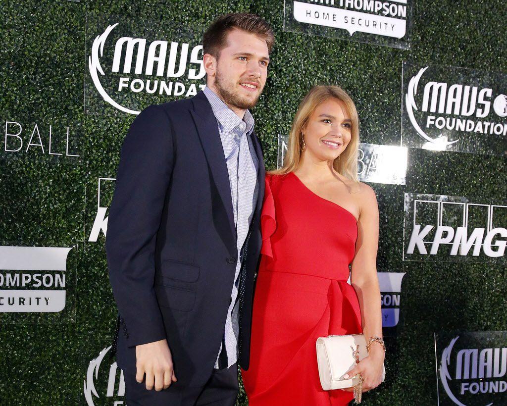 El jugador de los Dallas Mavericks, Luka Doncic, con su novia Anamaria Goltes en un evento caritativo realizado en el American Airlines Center de Dallas, el 1 de marzo de 2019. .