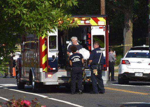 El congresista Roger Williams, republicano de Texas, es subido a una ambulancia en la escena donde sucedió un tiroteo cerca de un campo de beisbol en Alexandria, Virginia. Unos miembros del congreso practicaban para un juego cuando un pistolero comenzó a disparar. Foto AP