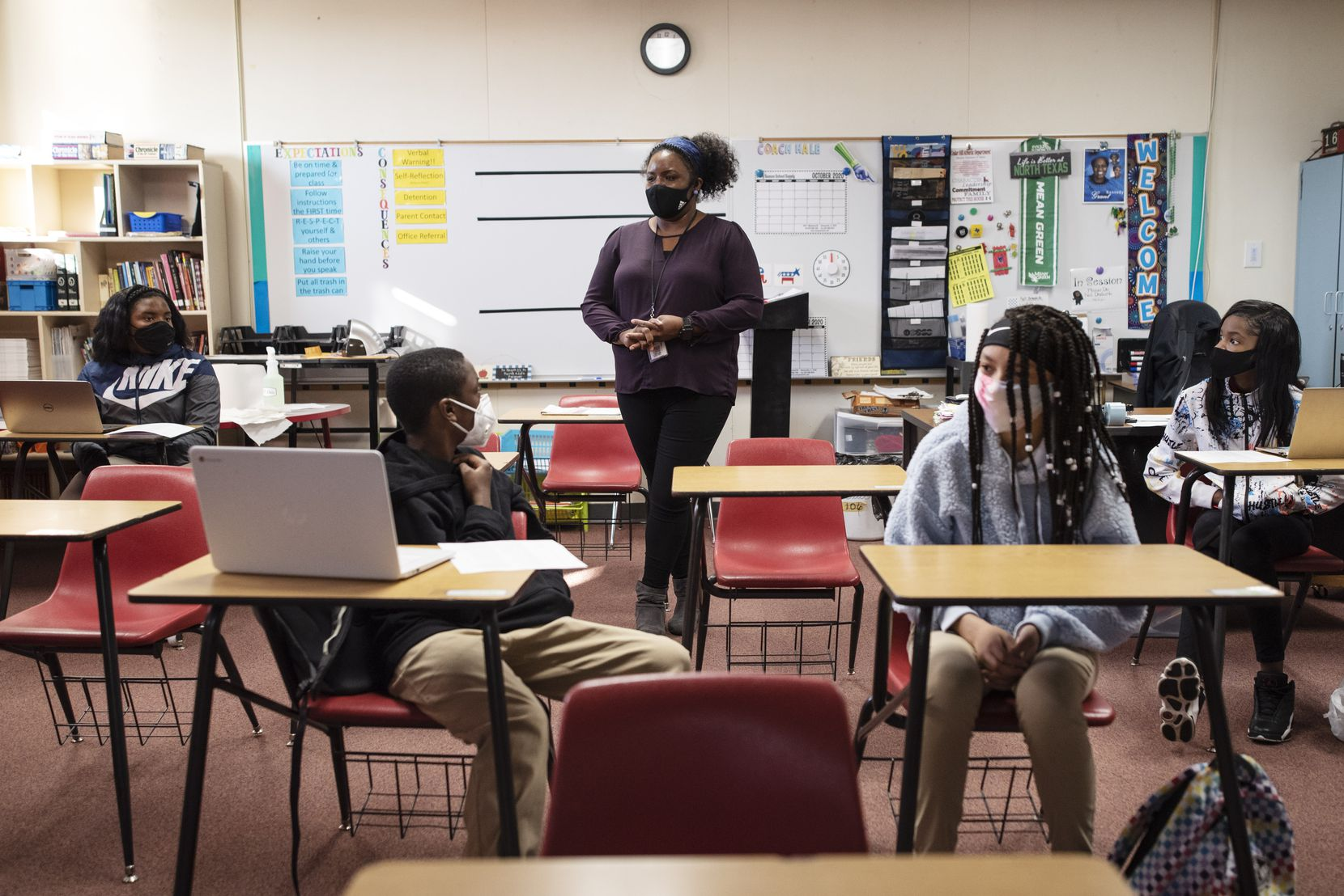 Angel Hale, maestra de historia americana de octavo grado, pregunta a sus estudiantes sobre los candidatos presidenciales en esta elección durante su clase del miércoles en la secundaria Permenter en Cedar Hill.