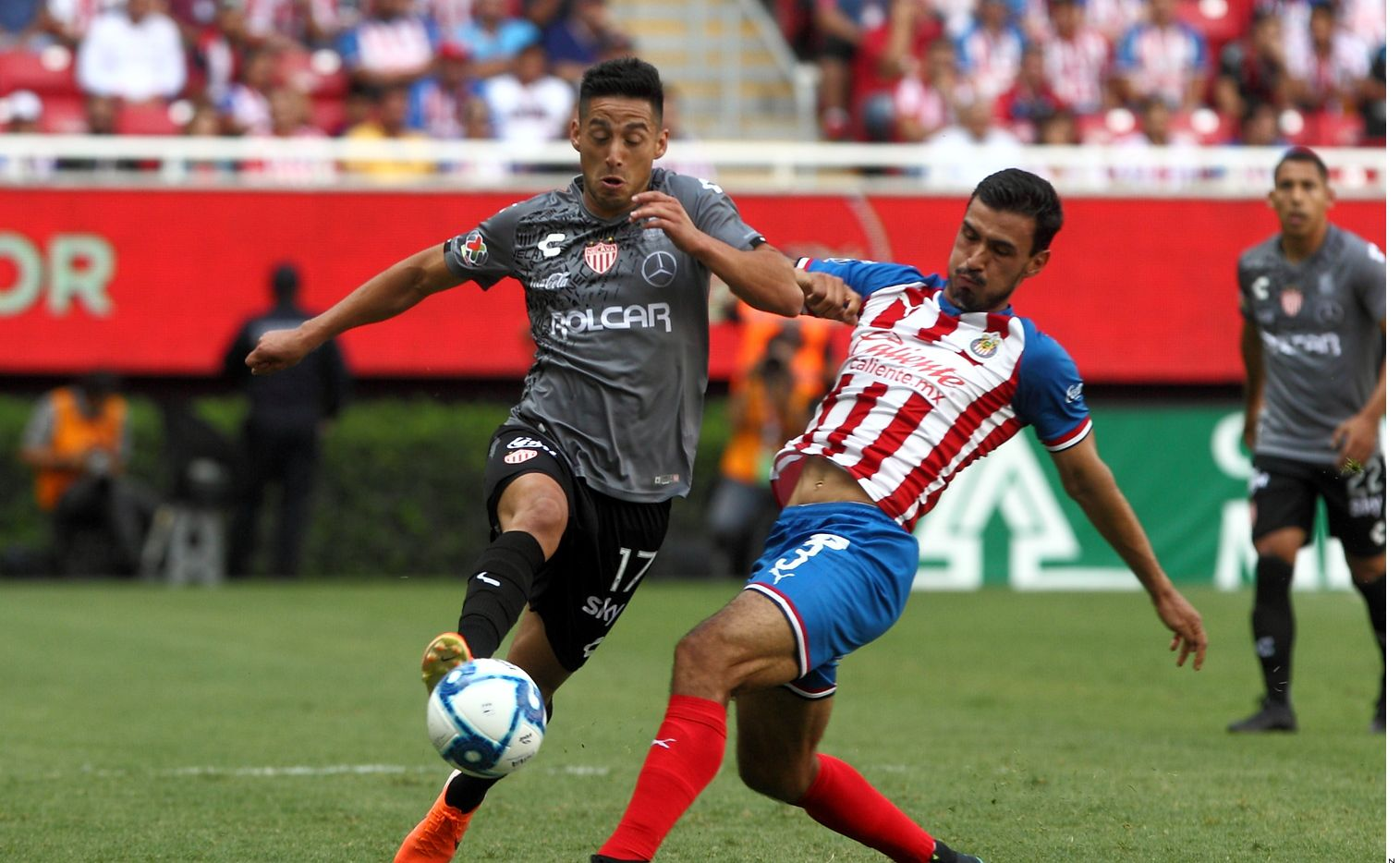 Oswaldo Alanís (der.) no tuvo un buen partido en la derrota de Chivas vs. Necaxa.
