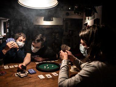 Los juegos de mesa son una opción para entretenerse en tiempos de coronavirus. Esta familia se divierte en su hogar el martes 17 de marzo en Givors, cerca de Lyon, Francia.
