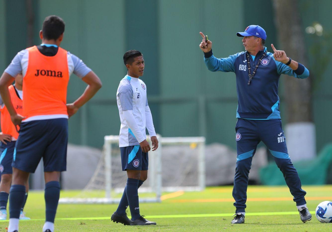 El técnico de Cruz Azul, Robert Dante Siboldi, prepara el partido del sábado ante Chivas de Guadalajara.
