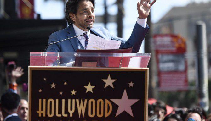 Eugenio Derbez recibió su estrella en el Paseo de Hollywood./AP