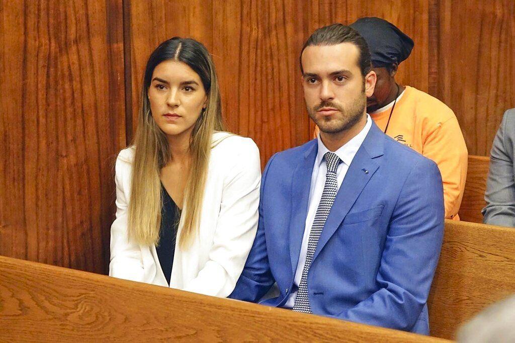El actor mexicano Pablo Lyle, acompañado por su esposa Ana Araujo, comparece en una corte en Miami-Dade, Florida, el lunes 8 de abril del 2019. Un juez ordenó el arresto domiciliario y una fianza de 50.000 dólares para Lyle, investigado por el deceso de un hombre al que golpeó en el rostro días antes. (David Ovalle/Miami Herald vía AP)