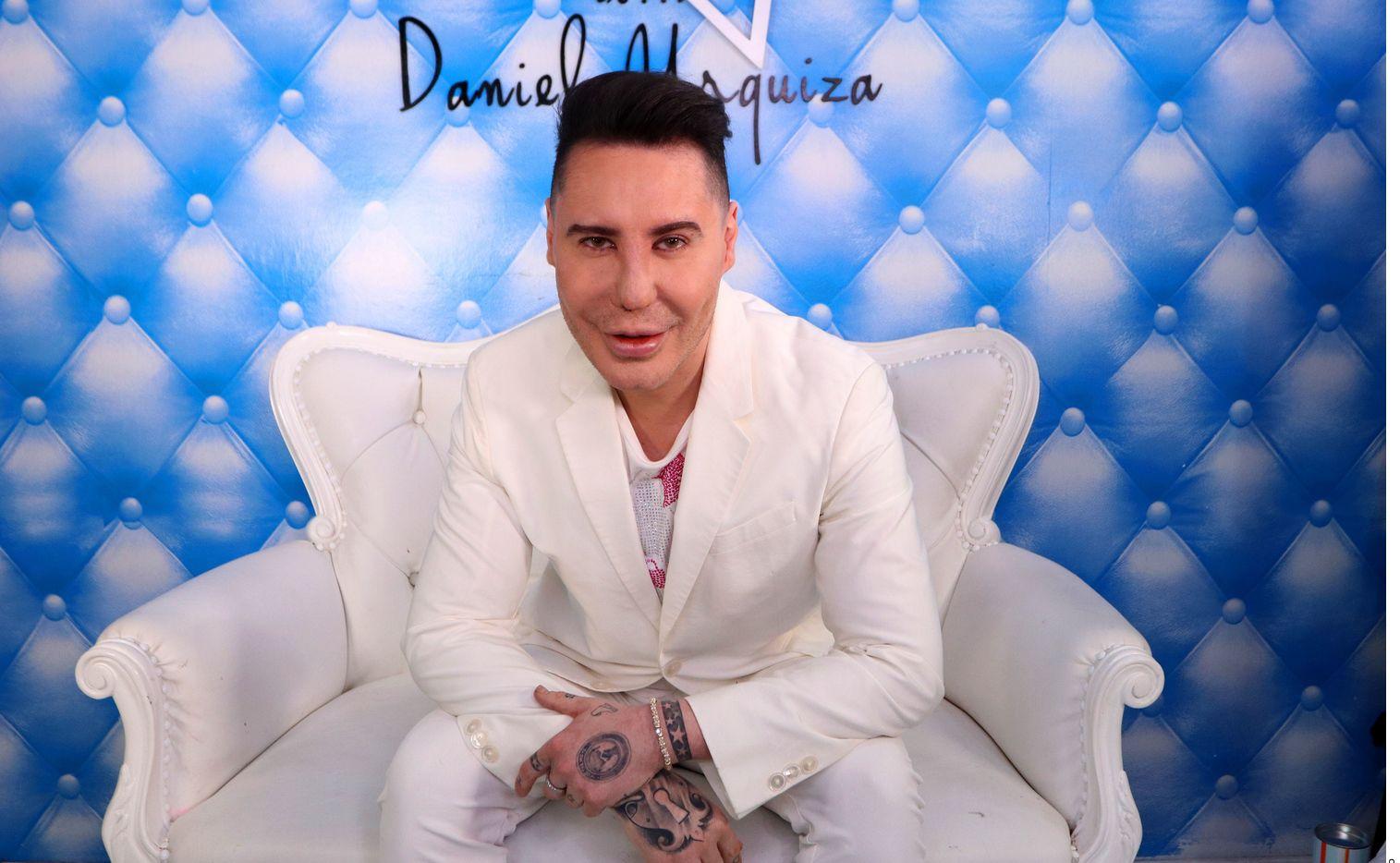 La marca del estilista Daniel Urquiza, Stars Extensiones, confirmó en redes sociales el deceso de Urquiza, quien fue reconocido por su trabajo al colocar extensiones de cabello a celebridades como Paris Hilton y Carmen Electra.