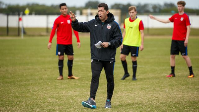 US U20 Coach Tab Ramos gives instructions in training while Brandon Servania, Paxton Pomykal, and Chris Cappis look on.
