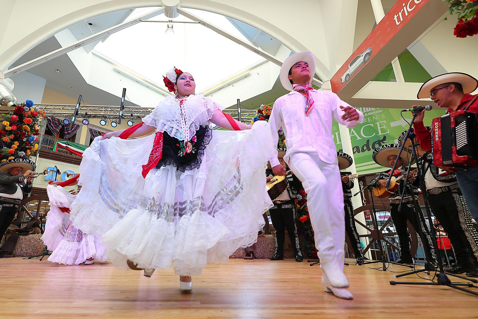 La celebración de El Grito en el centro comercial La Gran Plaza de Fort Worth contó con la presencia de mariachis, cantantes y bailarines folklóricos.