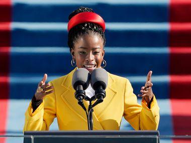 Amanda Gorman recita un poema en la toma de posesión del presidente Joe Biden ,el 20 de enero de 2021 en el Capitolio de Washington.